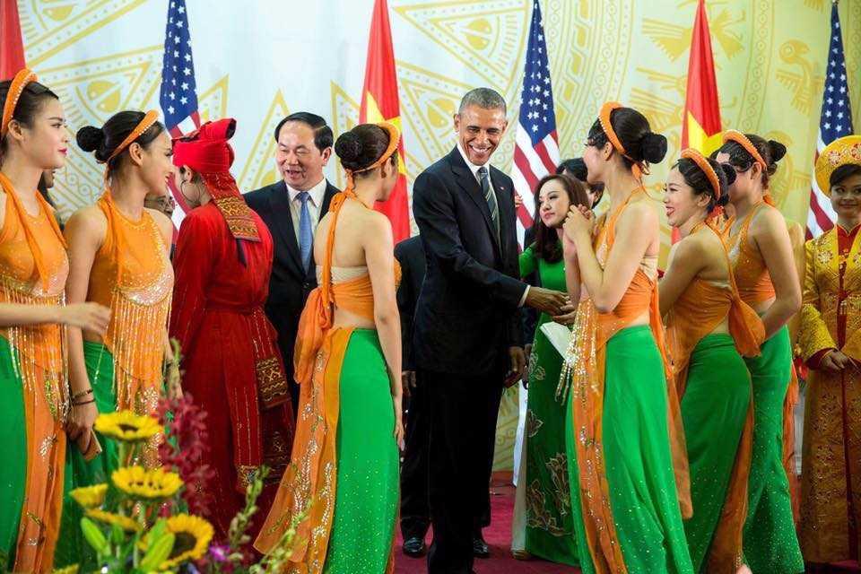 Bức ảnh bị cư dân mạng ném đá cho rằng nghệ sỹ Việt Nam ăn mặc hở hang trước Tổng thống Obama.