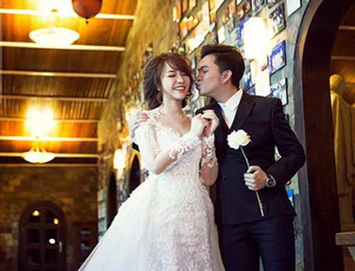 Nam Cường hạnh phúc bên cô dâu 9x.