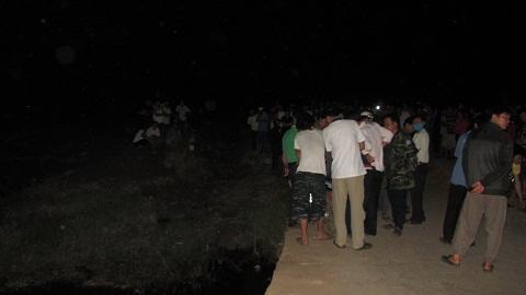 Hàng trăm người dân hiếu kỳ đã kéo đến xem vụ việc - Ảnh:Thanh Hải
