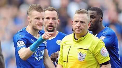 Chiếc thẻ đỏ của Jamie Vardy đã đẩy Leicester vào thế khó