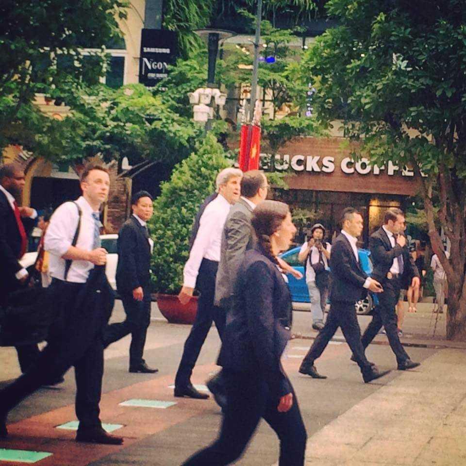Ông John Kerry đi bộ trên phố Sài Gòn.