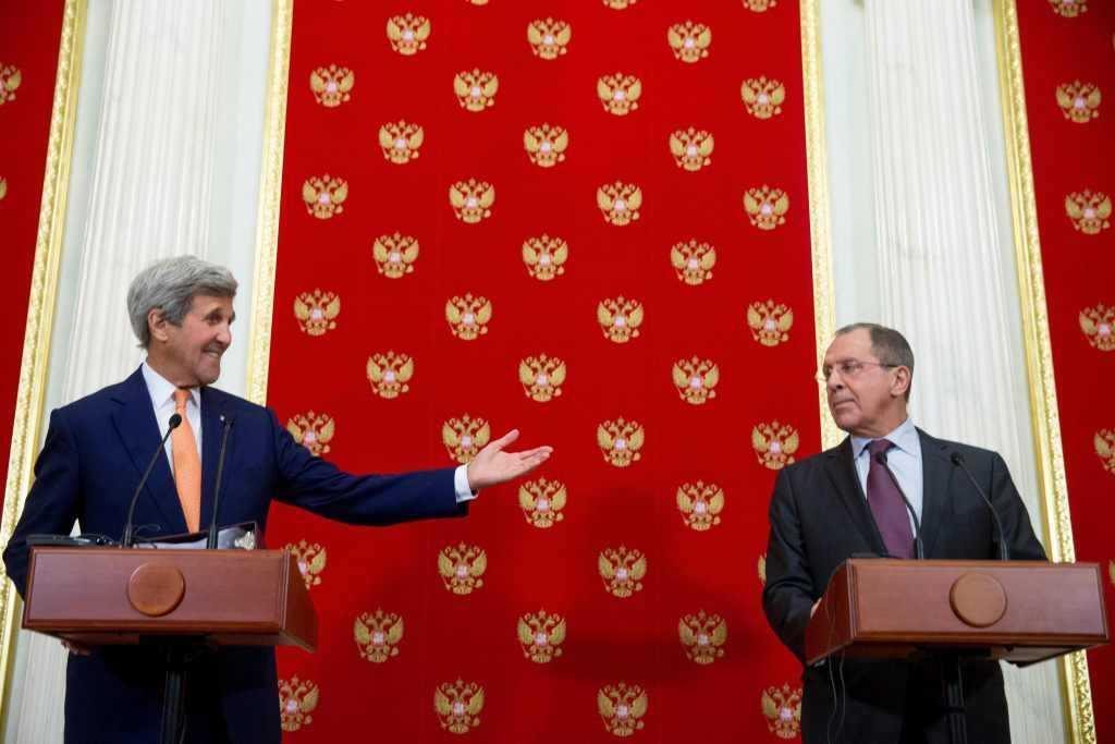Ngoại trưởng Nga Sergey Lavrov (phải) và Ngoại trưởng Mỹ John Kerry