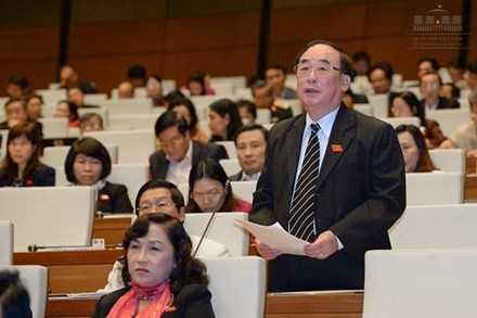 Đại biểu Trần Ngọc Vinh (đoàn Hải Phòng) đánh giá nợ công Chính phủ đang ở mức báo động. Nguồn: Zing