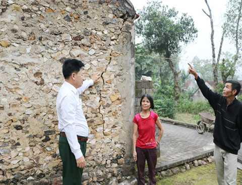 Căn nhà tồi tàn với những đường nứt toác của chị Hà. Báo Nghệ An