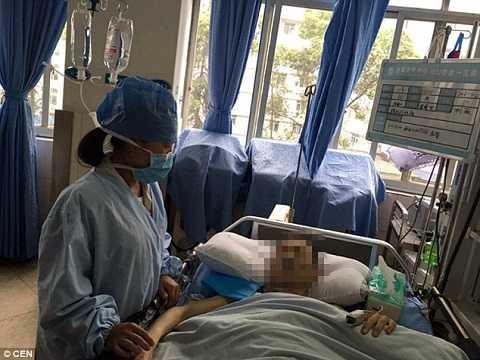 Ca mổ phức tạp khiến Zang Cheng cần sự chăm sóc y tế đặc biệt.