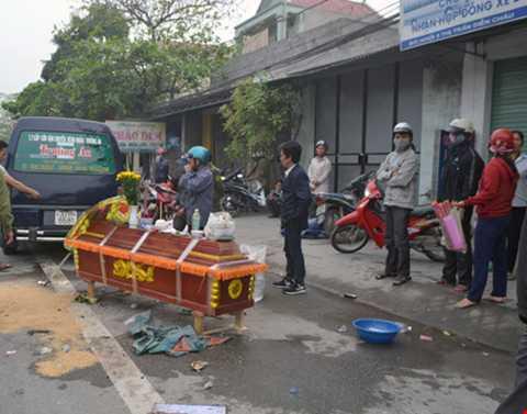 Người thân đến đưa thi thể bà Phạm Thị Liên về quê nhà tổ chức lễ an táng.