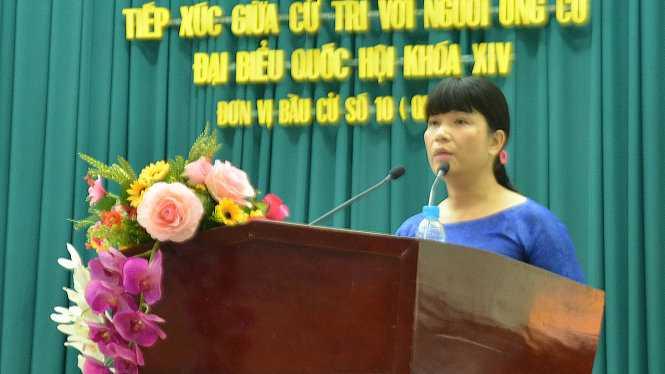 Ứng cử viên Nguyễn Thị Hồng Chương - hiệu trưởng, bí thư chi bộ Trường THPT Tân Túc, Bình Chánh - cam kết chương trình hành động với cử tri - Ảnh: Trần Kim Anh