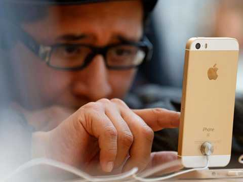 iPhone SE về nước với giá khá cao. Cửa hàng và người dùng đều chờ đợi mức giá tốt hơn cho sản phẩm này. Ảnh: Independent.