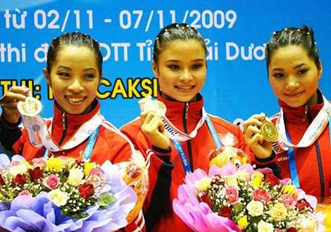 Vũ Thị Thảo (đứng giữa) từng có 4 năm thi đấu cho thể thao Công an nhân dân