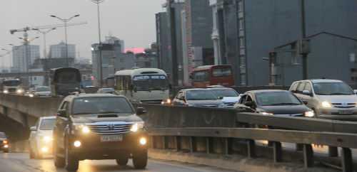 Chiều 29/4, có thời điểm đường cao tốc trên cao bị ùn tắc cục bộ do người dân ùn ùn rời Hà Nội về quê nghỉ lễ.