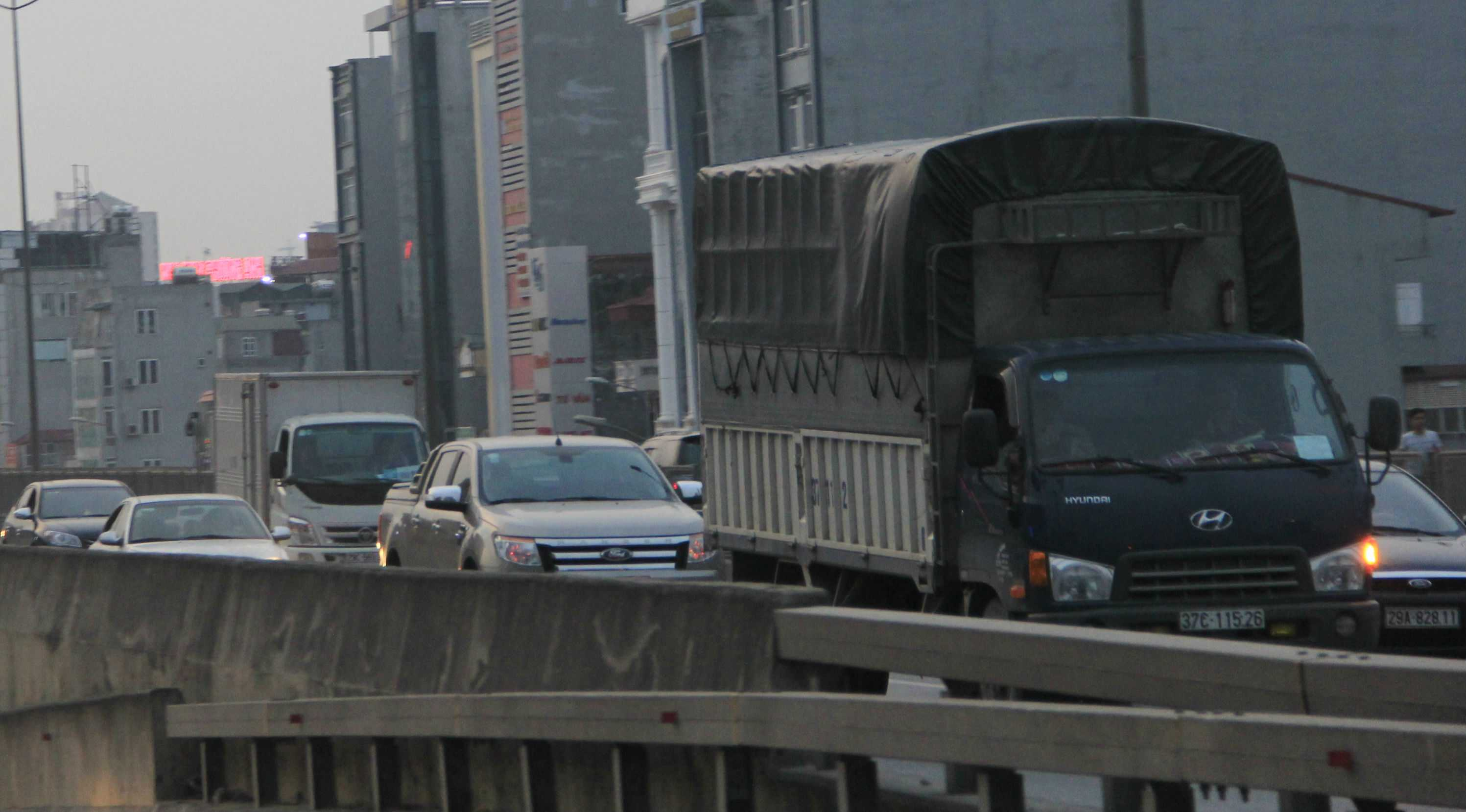 Tới 17h, lượng phương tiện ở đường cao tốc trên cao vẫn rất đông đúc.