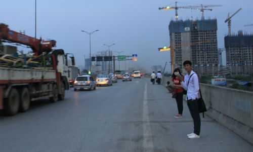 Rất đông người dân đi bộ lên đường trên cao để bắt xe khách về quê.