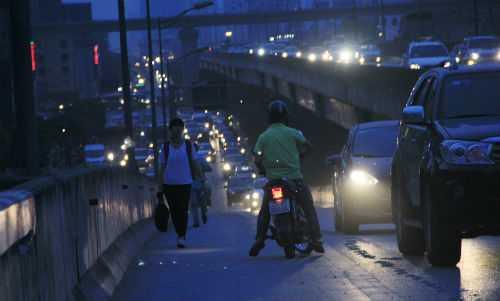 Tuy nhiên, khi cảnh sát đi qua, người đi bộ, xe ôm lại cố tình đi lên mặt cao tốc.