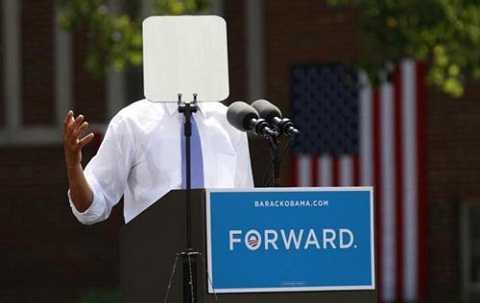 Ông Obama bị chiếc máy phóng đại chữ che kín mặt khi phát biểu trong chiến dịch tranh cử ở Đại học Capital tại Columbus, Ohio