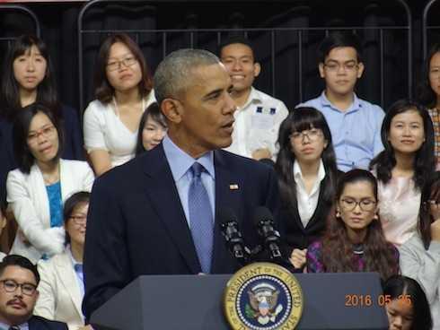Với phong thái quen thuộc, Tổng thống Obama bước vào hội trường GEM   Center, vẫy tay chào gần 800
