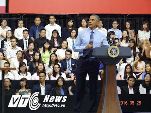Và điều ấn tượng nhất, ngay sau bài diễn thuyết ấn tượng, Tổng thống Obama đã cởi chiếc áo vest bên ngoài, xắn cao tay áo sơ mi trong để đi xuống gần hơn trò chuyện với những người trẻ có mặt trong khán phòng
