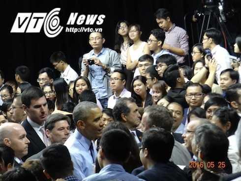 Kết thúc cuộc nói chuyện, Tổng thống Obama trực tiếp xuống với tất cả các bạn trẻ có mặt, gửi lời chào Việt Nam và cùng họ chụp những khoảnh khắc lưu niệm cuối cùng trước khi rời đi