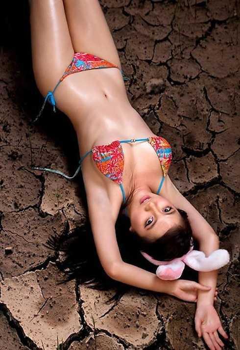 Bộ ảnh với tạo dáng phản cảm, trang phục không liên quan đến chủ đề biến đổi khí hậu của người mẫu Quỳnh Như bị dư luận cười chê, cho rằng cô đang tạo scandal để PR bản thân.