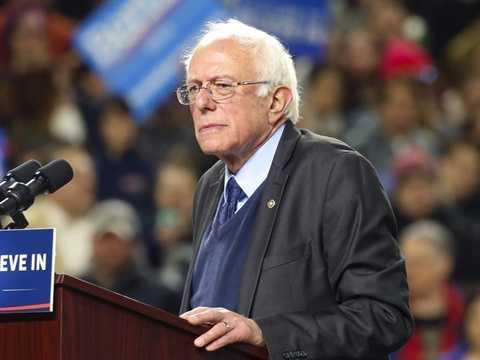 Bernie Sanders - Thợ mộc. Chính trị gia của Mỹ trước khi nhận bằng Cử nhân tại Đại học Chicago đã trải qua quãng thời gian khó khăn và phải làm nhiều công việc để kiếm sống. Trong đó, đáng chú ý là ông từng làm một thợ mộc và làm công tại một xưởng phim tài liệu