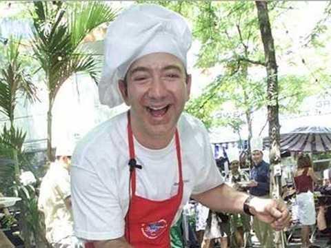 Jeff Bezos - làm việc tại cửa hàng đô ăn nhanh McDonalds. Tỷ phú sáng lập ra Amazon đã làm việc tại cửa hàng McDonalds khi còn trẻ.