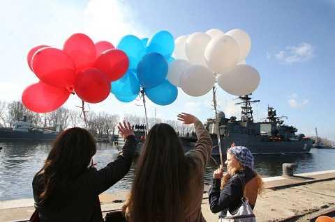 Các cô gái Nga chào đón tàu tuần tra Neustrashimy trở về căn cứ sau hành trình thám hiểm dài trên đại dương.