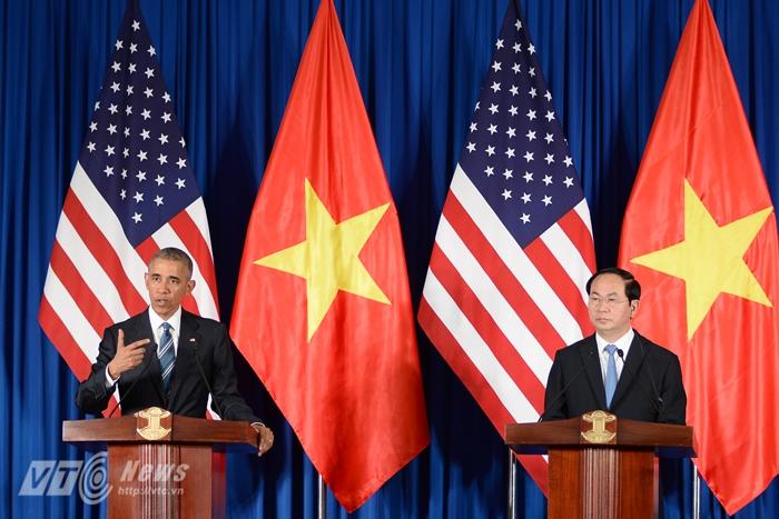 Tổng thống Obama họp báo cùng Chủ tịch nước Trần Đại Quang sáng 23/5 - Ảnh: Tùng Đinh