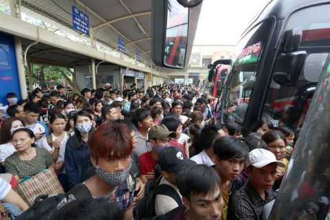 Các bến xe quá tải, người dân chén lấn để bắt xe về quê. Ảnh: Vnexpress