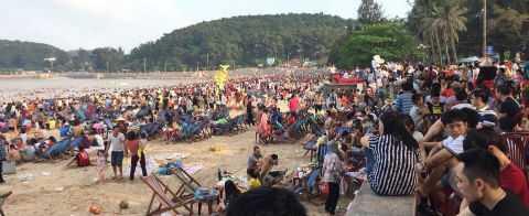 Biển người đông nghịt, chen chúc tại bãi biển Sầm Sơn. Ảnh: Vietnamnet