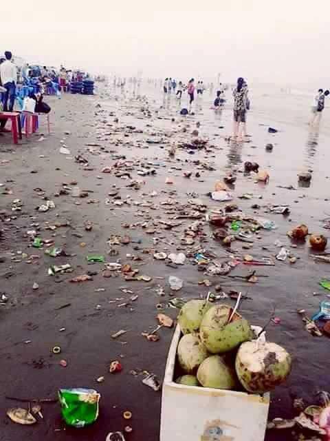 Những người vô ý thức đã biến bãi biển Cồn Vành (Thái Bình) thành bãi rác.