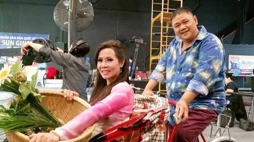Chủ sân khấu Sao Minh Béo luôn cười tươi trong những bức ảnh hậu trường chuẩn bị lên sân khấu.