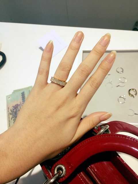 Chiếc nhẫn Hồng Quế khoe trên trang cá nhân của mình