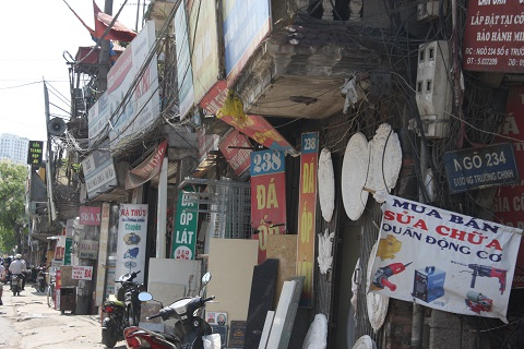 Các tấm biển quảng cáo treo ngổn ngang khiến khu phố luộm thuộm, nhếch nhác.