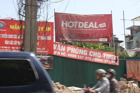 Các công trường đang thi công rất bụi bặm cũng chăng đầy những tấm biển quảng cáo.