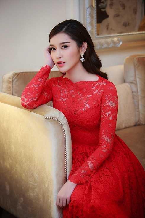 Bộ đầm đỏ sang trọng, đầy quyến rũ.