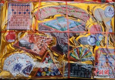 Các cửa hiệu ở Trung Quốc bày bán vô số các món đồ hàng mã độc đáo để đốt cho người chết trong Tết Thanh minh.