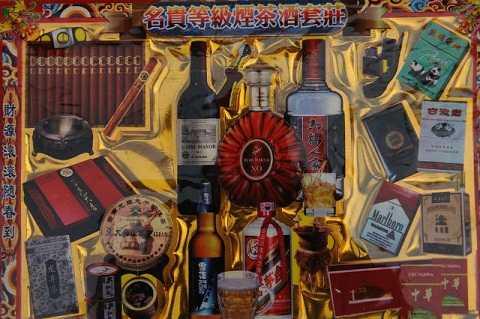 Thuốc lá, xì gà cao cấp, rượu Mao đài.