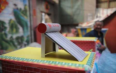 Mô hình mô phỏng máy nước nóng bằng năng lượng Mặt Trời.