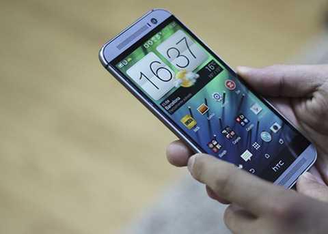 HTC One M8 (giá 3,5 triệu đồng)  Dù   HTC vẫn bán One M8 ở thị trường chính hãng với phiên bản Eye giá hơn 8   triệu đồng, trên thị trường xách tay mẫu này được định giá chưa tới 4   triệu đồng. Giống như 5s và 5c, đa phần chúng là hàng đã qua sử dụng,   nhưng hình thức trông khá mới. Ở thời điểm ra mắt hồi năm 2014, M8 gây   ấn tượng với vỏ kim loại và hệ thống camera kép nằm ở lưng.