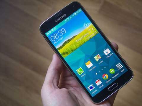Samsung Galaxy S5 (4 triệu đồng)  Galaxy   S5 có khả năng chống nước và chống bụi như Galaxy S7 vừa trình làng   nhưng lại dùng vỏ nhựa và nắp lưng tháo rời, không phải kiểu nguyên   khối. Galaxy S5 ra mắt cùng thời điểm với HTC One M8 (năm 2014) và giờ   giá của chúng trên thị trường xách tay tương đương nhau.