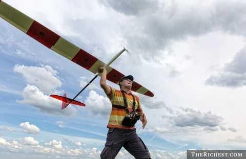 Chơi máy bay mô hình. Tiêu tốn khoảng 700 USD/ chiếc. Đây là một thú chơi khá mới dành cho các đại gia. Máy bay mô hình và điều khiển từ xa mang tới sự thoải mái, tính giải trí cao. Tuy nhiên, để mua một mô hình đầy đủ, mỗi đại gia cần bỏ ra khoảng 700 USD cho thiết kế, lắp đặt công nghệ. Đó là chưa kể các