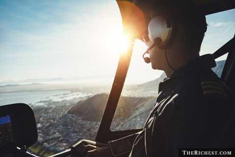 Sử dụng chuyên cơ. Tiêu tốn khoảng 70.000 USD - 206.000 USD. Tại Mỹ, để có thể mua một chiếc máy bay ở dạng sử dụng được, người ta đã phải mất ít nhất 15.000 USD. Ngoài ra, khoản chi phí đào tạo để có thể lái được máy bay cũng không hề nhỏ.