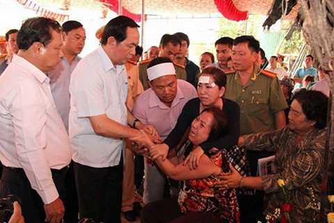Ông Trần Đại Quang đến thăm gia đình nạn nhân trong vụ thảm án ở Bình Phước (ảnh Internet)