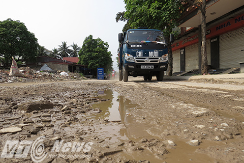 Mặt đường trở thành những ổ voi, ổ trâu ngập nước khi mưa, lầy lội, bùn đất bắt tứ tung