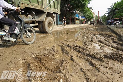 Các phương tiện qua lại gặp khó khăn, thậm chí là nguy hiểm bởi mặt đường lầy lội, trơn trượt