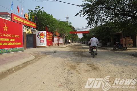 Cùng nằm trên đoạn đường này là trụ sở của các cơ quan Đảng, chính quyền, đoàn thể, công an, y tế phường Đằng Giang nắng lên bụi bay mù mịt