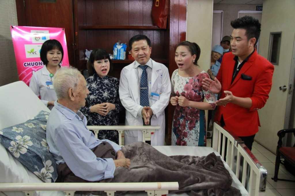 Trong chương trình, các ca sĩ, nghệ sĩ tham gia còn trực tiếp ủng hộ và kêu gọi quyên góp cho bệnh nhân nghèo của chương trình.