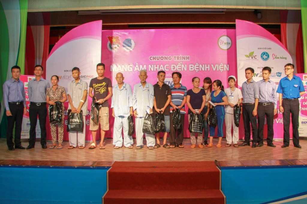 Cùng với đó trong hai ngày diễn ra chương trình, ngân hàng TMCP Đầu tư và Phát triển Việt Nam BIDV đã dành tặng 20 phần quà cho các bệnh nhân có hoàn cảnh khó khăn.