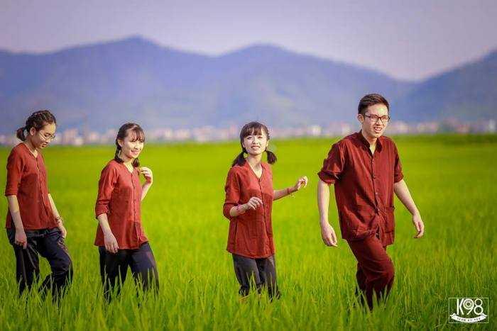 Các bạn học sinh tung tăng trên cánh đồng.