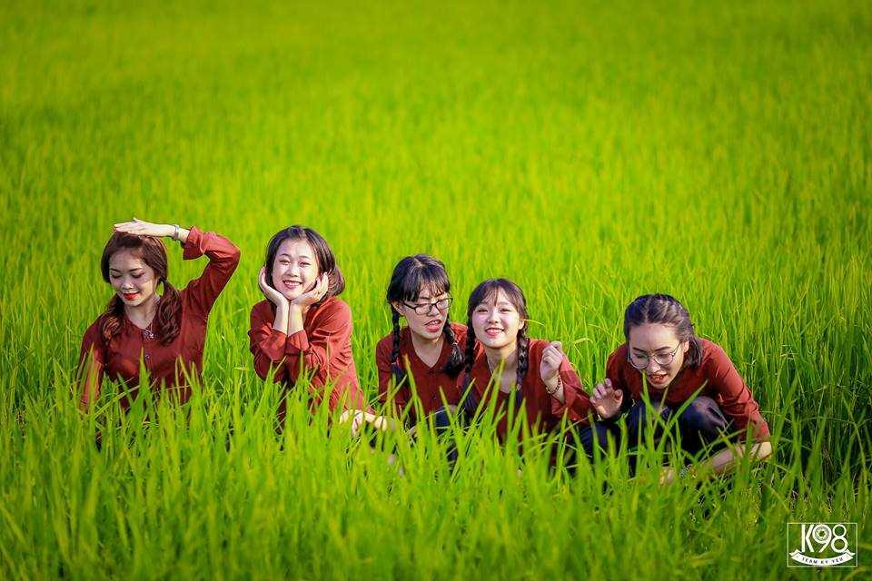 Những nụ cười rạng rở nở trên môi nữ sinh.