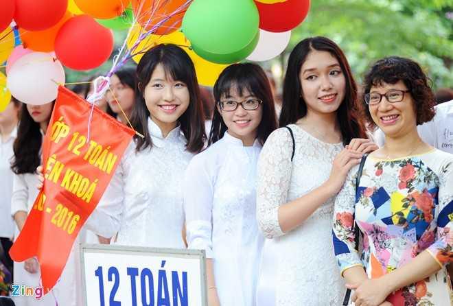 Đầu chương trình, không khí rất vui tươi, phấn khởi. Đối với các nữ sinh lớp 12, hôm nay là ngày cuối cùng các bạn được đứng trên sân trường trong tà áo dài với tư cách là học trò của trường.